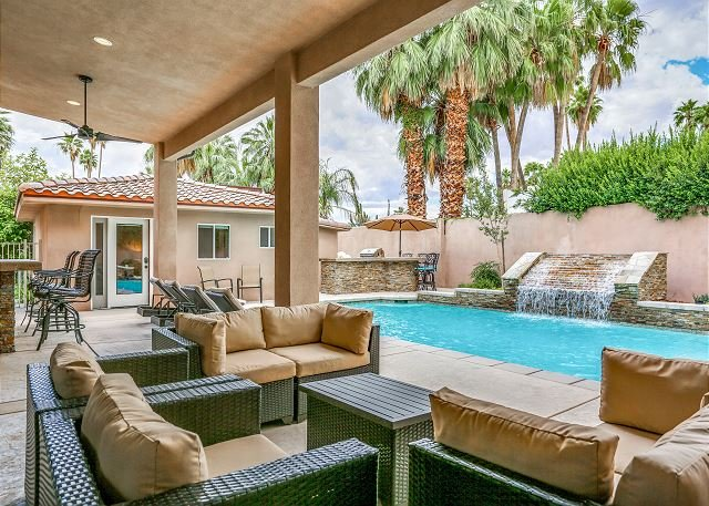 Chic Estate - Private Pool, Hot Tub, Game Room, Casita, 1 Block to Downtown, holiday rental in Palm Springs