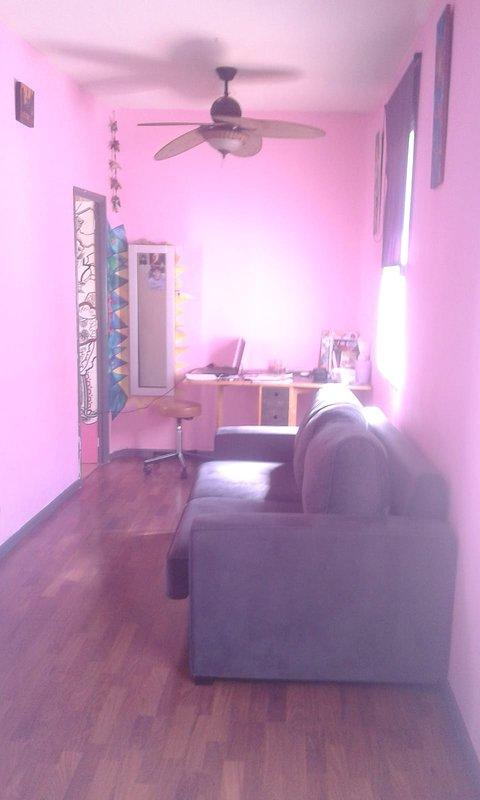 Studio con divano a 2 posti con una scrivania con molta luce e tranquillità