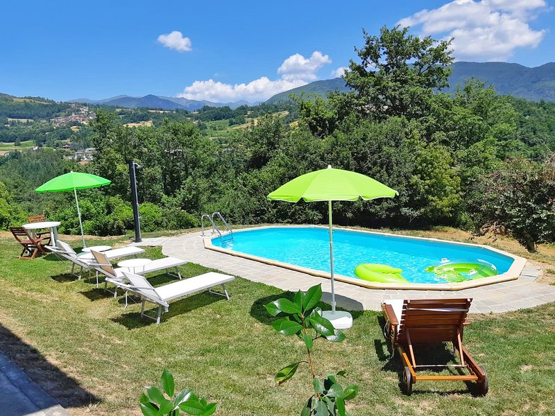 New! Chiara, private pool, mountain views, near restaurant, WIFI!, casa vacanza a Minucciano