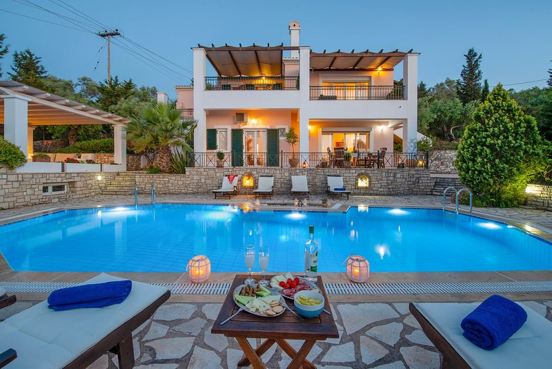 Villa Siora Elena with breathtaking views of the open Ionian Sea..., aluguéis de temporada em Gaios