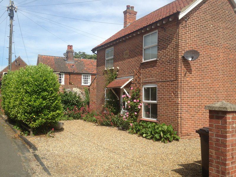 Victoria House, 2 bed dog friendly cottage in centre of Mundesley, 3-car parking, holiday rental in Mundesley