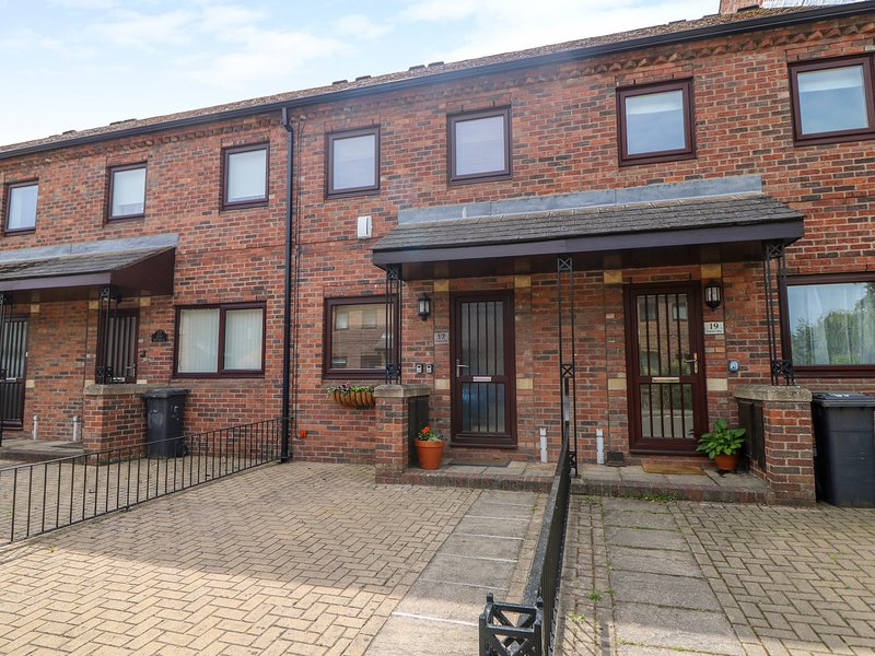 17 FEWSTER WAY, WiFi, Spacious rooms, Off-road parking, York, vacation rental in Fulford