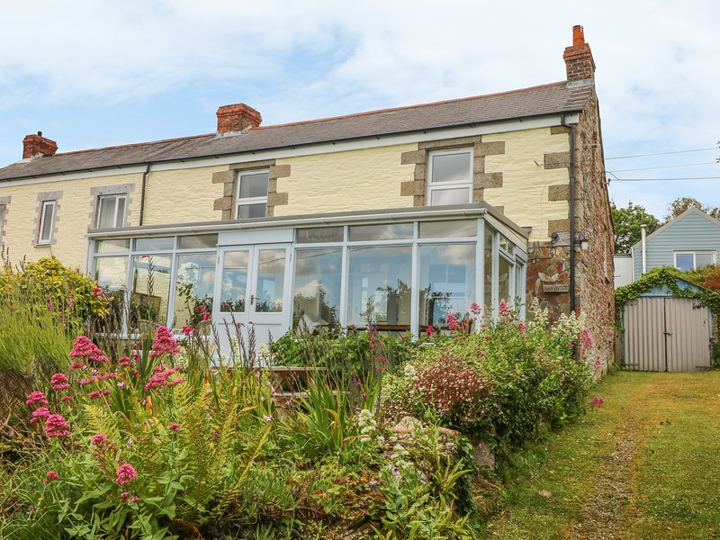 NANVIVIAN, traditional cottage with lovely sea views in idyllic spot, holiday rental in Feock