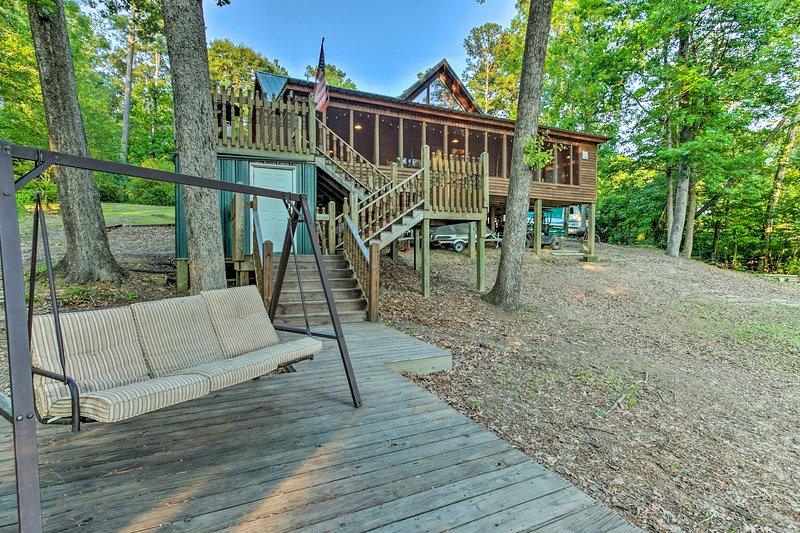 Lakefront Toledo Bend Cabin w/ Dock & Grill!, vacation rental in Negreet