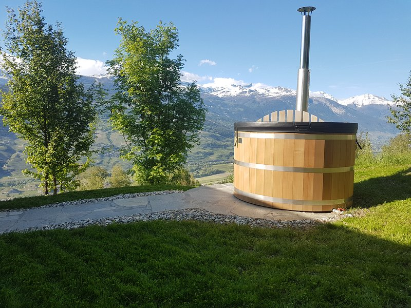 Eco Lodge with Jacuzzi and View in the Swiss Alps, holiday rental in Granges
