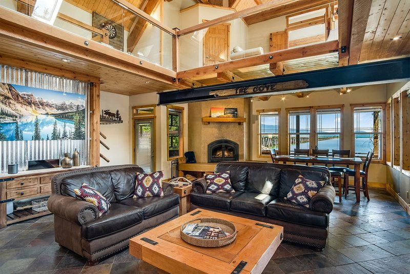 Custom Waterfront Home with Dock, Boat Lift & Paddle Boards!, location de vacances à Laclede