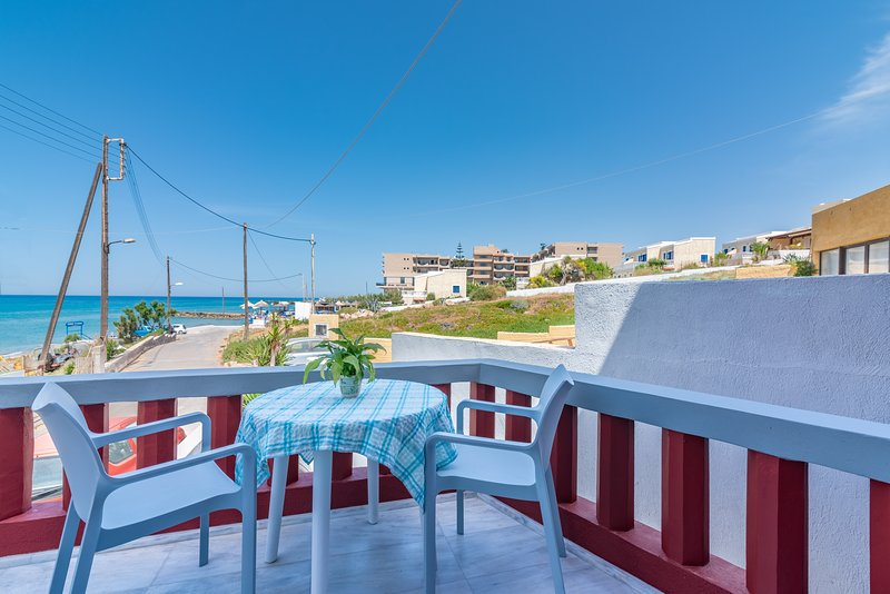 Red Beachfront Apartment, location de vacances à Vathianos Kampos