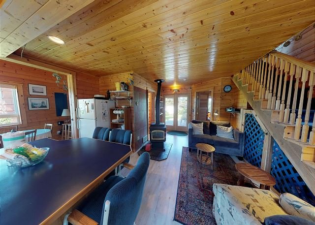 Beautiful Secluded Views Await Guests at This 2 Bedroom in Cape Meares!, holiday rental in Cape Meares
