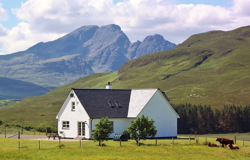Strath Glebe, Swordale set in amongst amazing mountain views!, holiday rental in Broadford