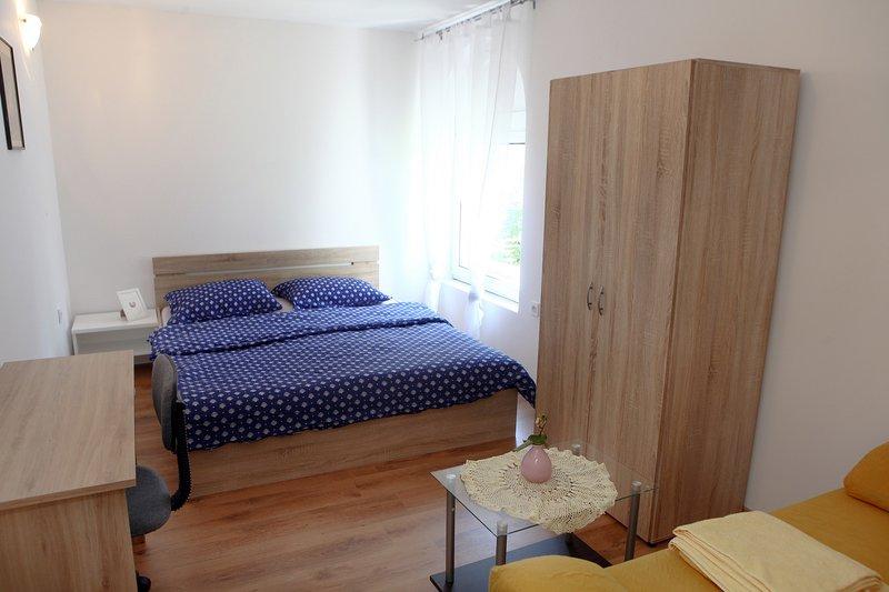 Guesthouse Room for 2 Pax OKI4, aluguéis de temporada em Nova Vas
