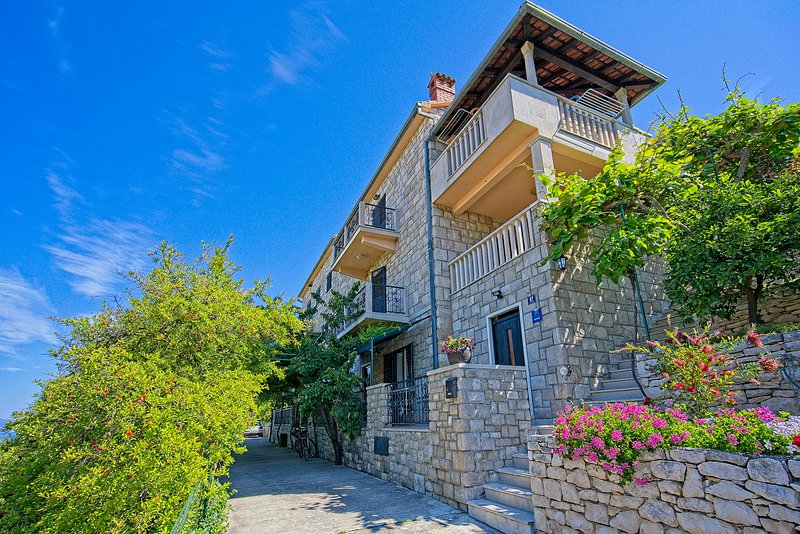Beautiful stone house -  Brač - two suites for 10 people, casa vacanza a Postira