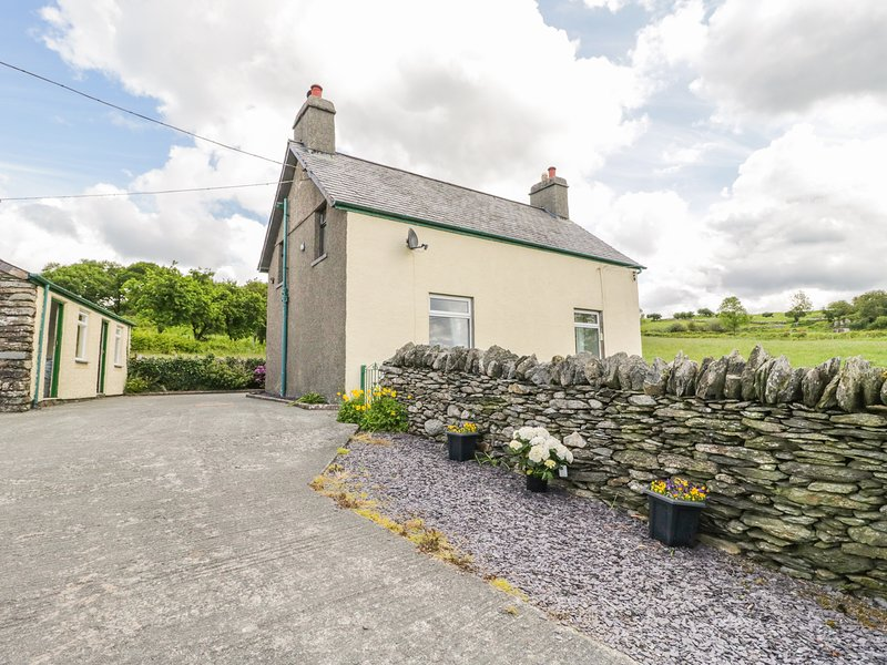 PENRHYDDION UCHA, pet friendly, country holiday cottage, with a garden in, vacation rental in Betws-y-Coed