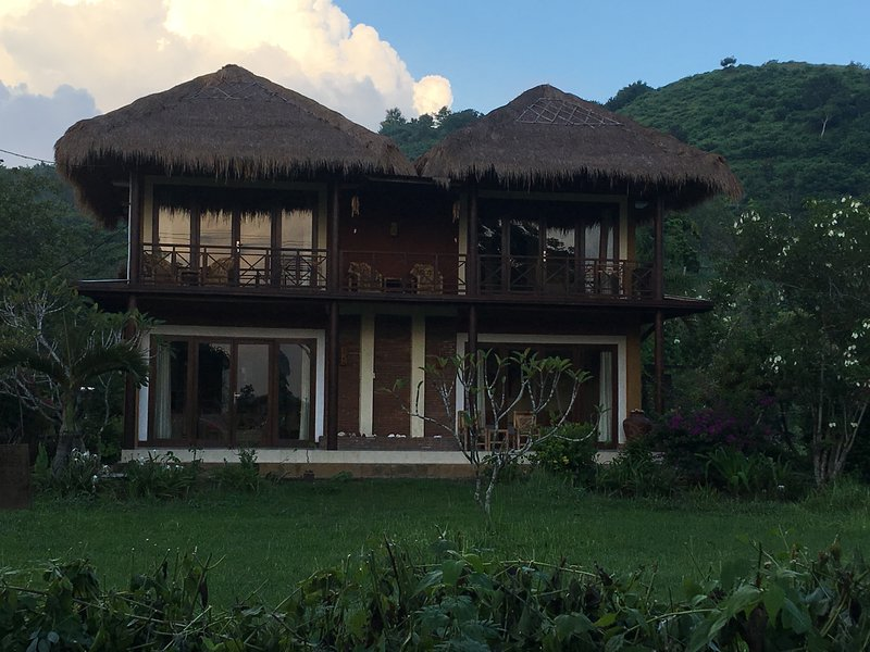 Spacious and Comfortable VilIa PaoPao Set in Private Gardens with Stunning Views, holiday rental in Gili Gede