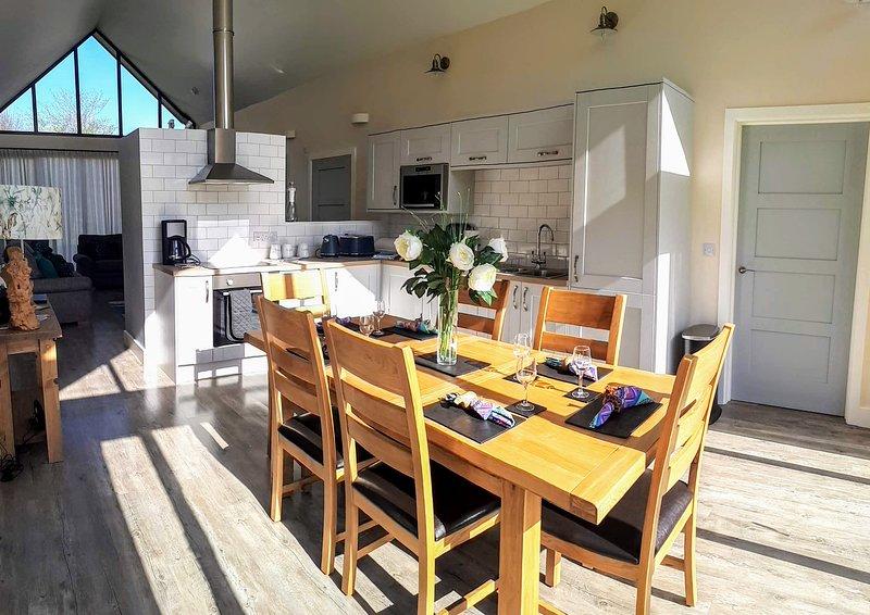 Eetkeuken met kamerhoge ramen voor veel licht.