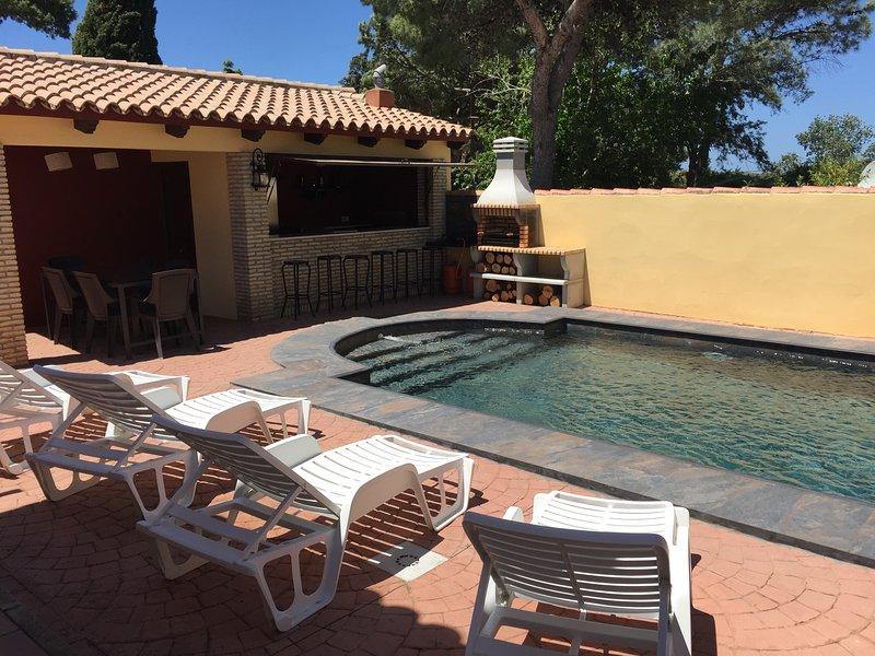 Amazing villa with swimming-pool, alquiler de vacaciones en Novo Sancti Petri