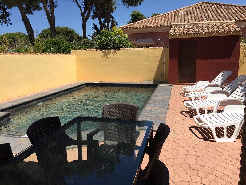 Amazing villa with swimming-pool, alquiler vacacional en Novo Sancti Petri