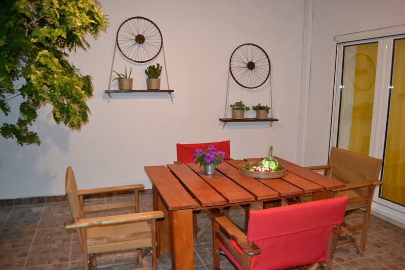 City garden house -Small house with a beautiful garden in the center of the city, vacation rental in Anatoli