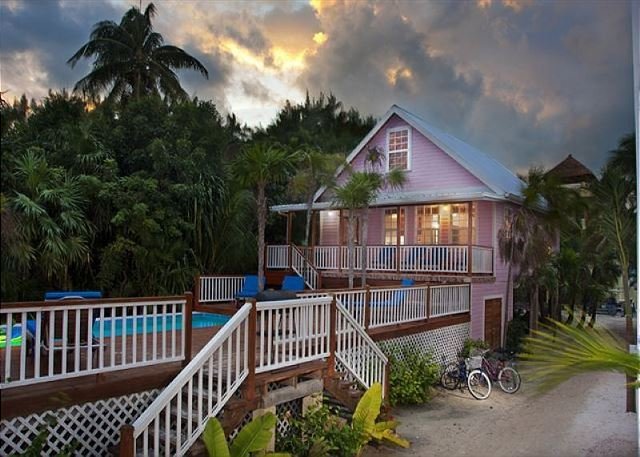 Beach and dock access, private pool, AC, Free Wifi, close to town, alquiler de vacaciones en Caye Caulker