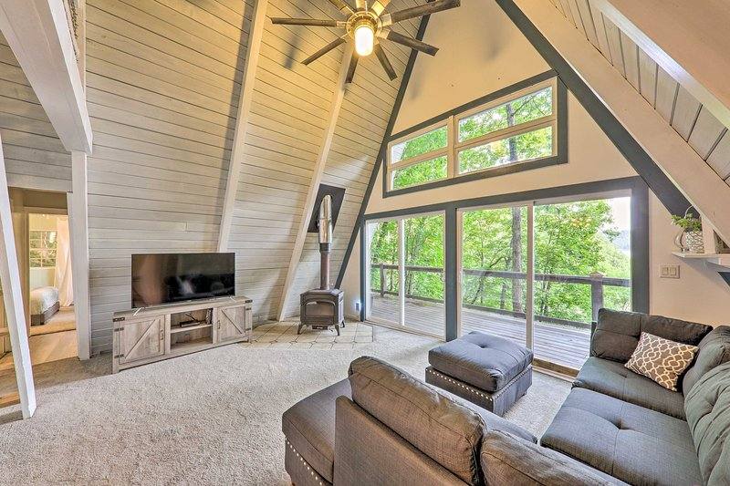 Pristine Family Home w/ Deck, Fire Pit & Lake View, holiday rental in Silver Point