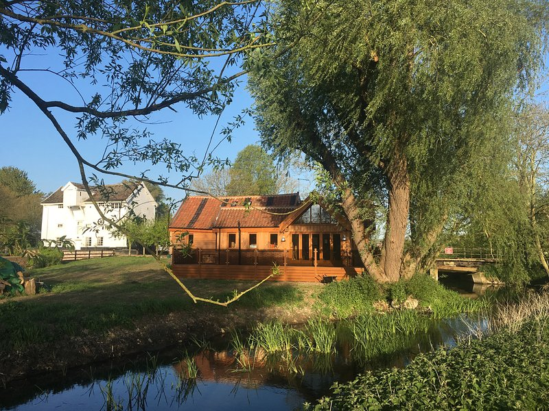 GRANARY MILL COTTAGE luxurious, riverside, en-suites, pet-friendly, WiFi in, Ferienwohnung in Pulham Market