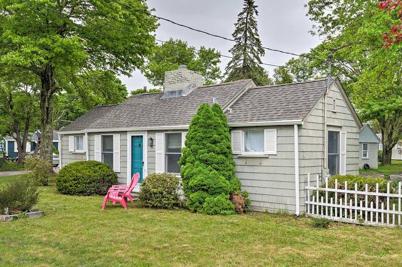 Cozy 'Sea Street Cottage' - 1 Mile to Ferry Boats!, location de vacances à Hyannis