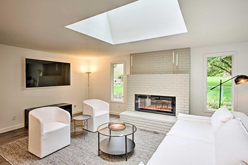 Esta residencia minimalista prístina duerme 8 afortunados huéspedes en Woodinville.