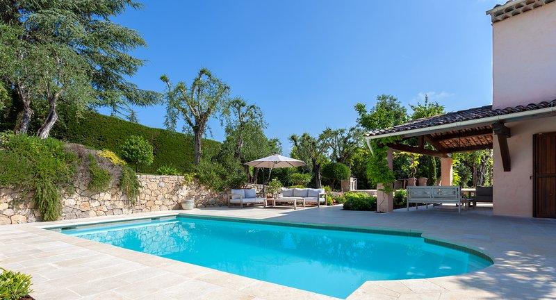 Charming villa 5 minutes walk to Valbonne village, location de vacances à Valbonne