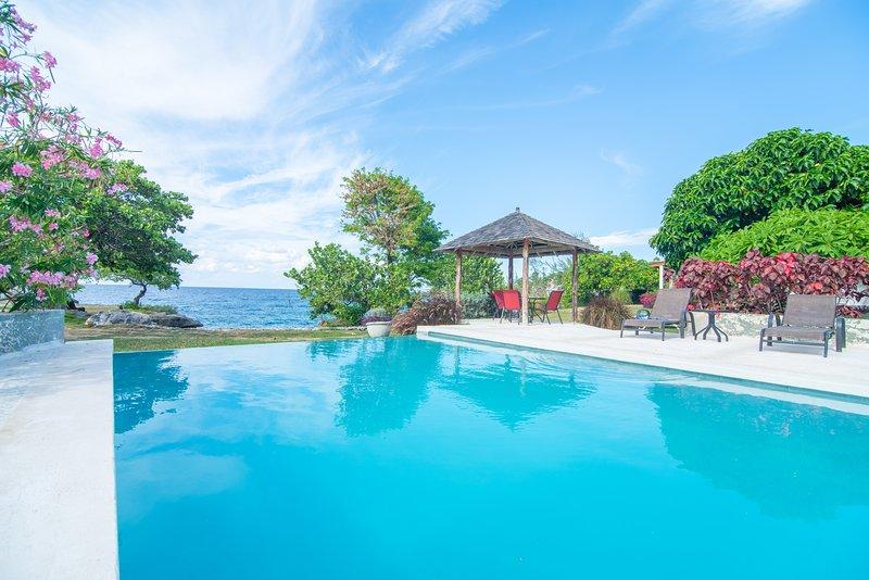 Spectacular 3 bedroom ocean front Villa 2 at Chukka Cove – semesterbostad i Runaway Bay