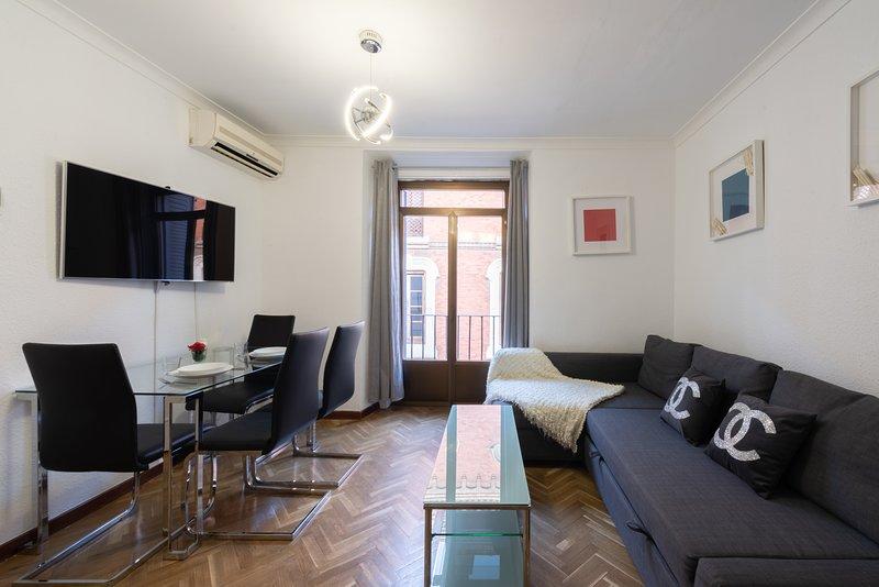SALÓN CON COMEDOR Y SOFÁ CAMA.  LIVING ROOM WITH DINING ROOM AND SOFA BED.