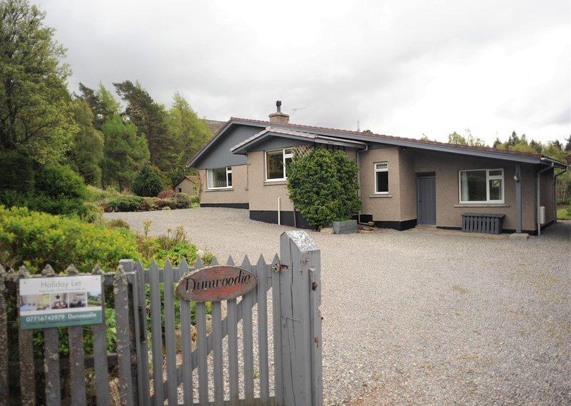 Dunwoodie, Braemar, 3 bedroom, large garden, holiday let with mountain views, holiday rental in Braemar
