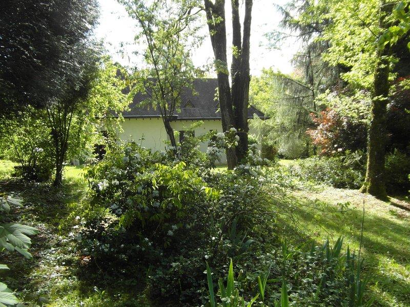 Chambre double avec salon et terrasse privatifs dans un parc arboré, vacation rental in Nontron