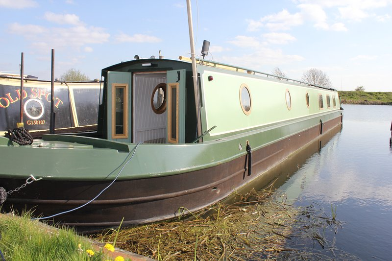 Luxury narrowboat hire in Cambridge. Peace and beauty on the river, holiday rental in Waterbeach
