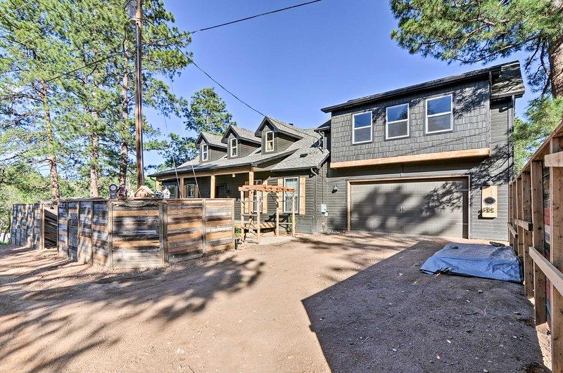 Rodeada por un prado lleno de árboles, esta encantadora casa ofrece tranquilidad.