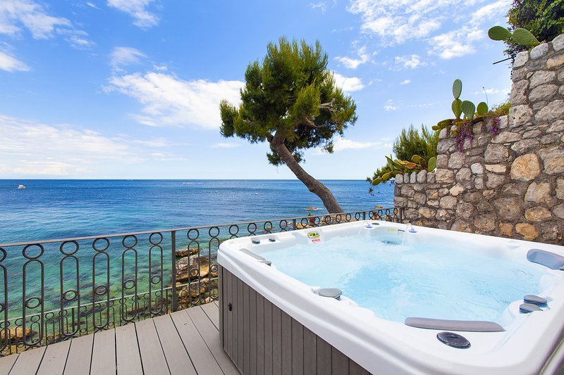 Casa Giovanna B with Terraces, Jacuzzi, Sea View and Direct Sea Access, vacation rental in Nerano