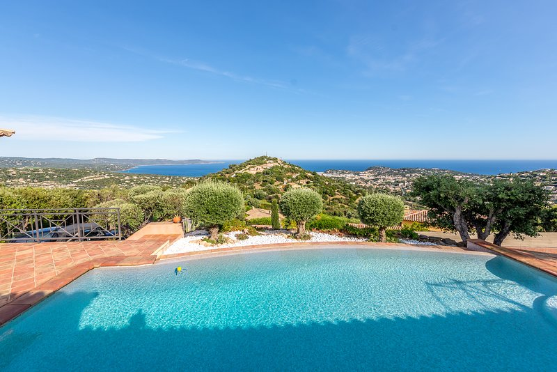 1361552 villa for 8 people, partly airco, sea view, pool 10 x 5 BBQ, holiday rental in Cavalaire-Sur-Mer