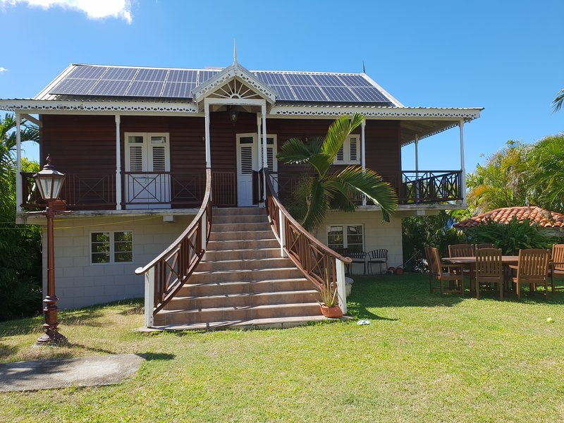 Lovely private villa with 2 large air conditioned bedrooms and a large bathroom, holiday rental in Fitts
