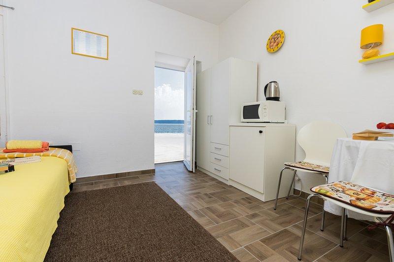 Kastela Apts Yellow Studio refurbished 2019, holiday rental in Kastela