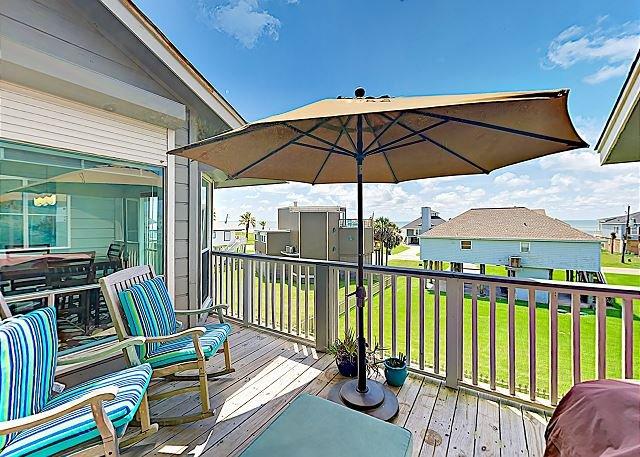 Updated Townhouse w/ 2 Decks & Gulf Views - 1 Block to Beach!, vacation rental in Galveston