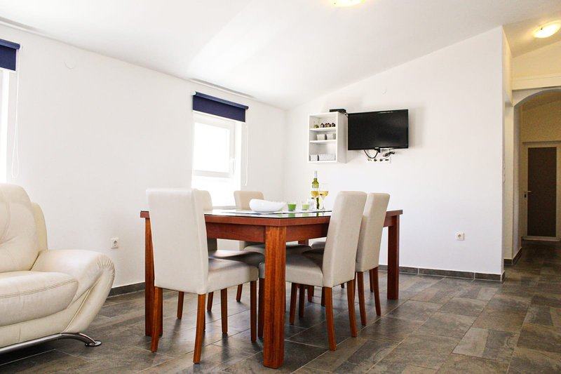 Spacious Beachfront 3Bedroom Suite - BBQ, WiFi 5, holiday rental in Razanac