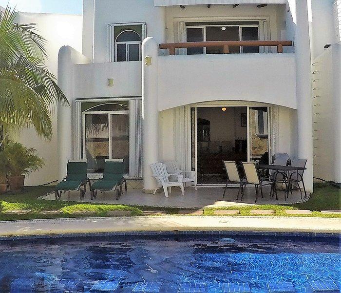 La grande piscina è a pochi passi dal vostro patio completamente arredato