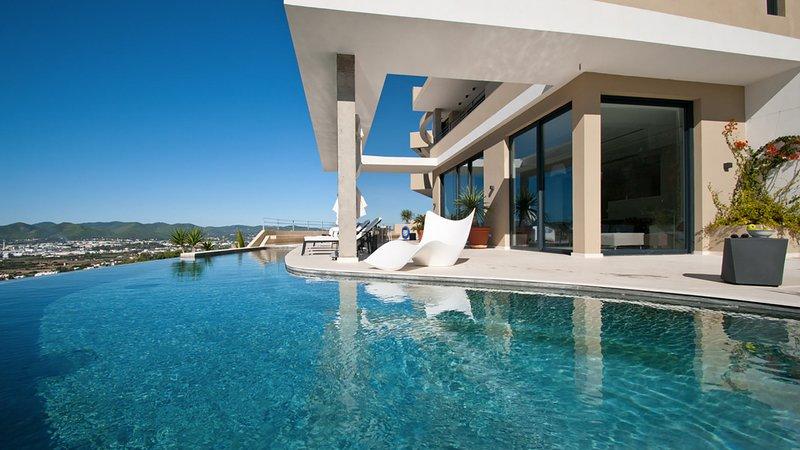 Playa de Talamanca Villa Sleeps 8 with Pool Air Con and WiFi - 5805526, holiday rental in Talamanca