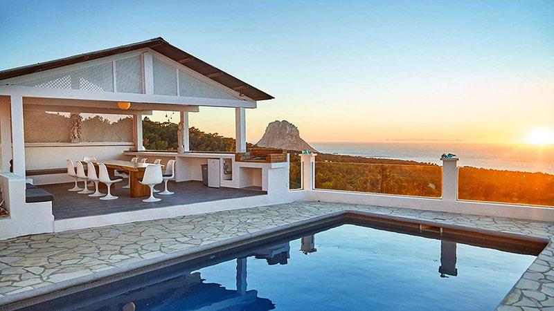Es Cubells Villa Sleeps 10 with Pool Air Con and WiFi - 5805496, location de vacances à Cala Carbo