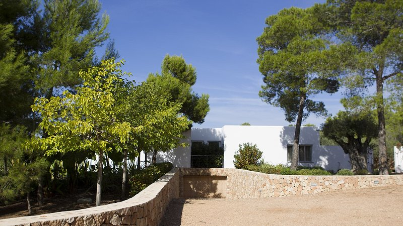 Cala Bassa Villa Sleeps 12 with Pool Air Con and WiFi - 5805587, holiday rental in Cala Comte