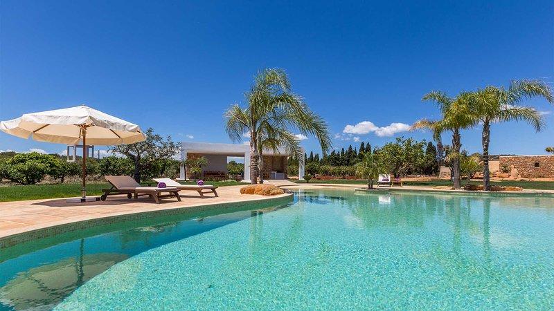 Es Canar Villa Sleeps 10 with Pool Air Con and WiFi - 5805606, casa vacanza a Cala Llenya