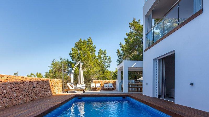 Cala Gracio Villa Sleeps 12 with Pool Air Con and WiFi - 5805499, holiday rental in Cala Gracio