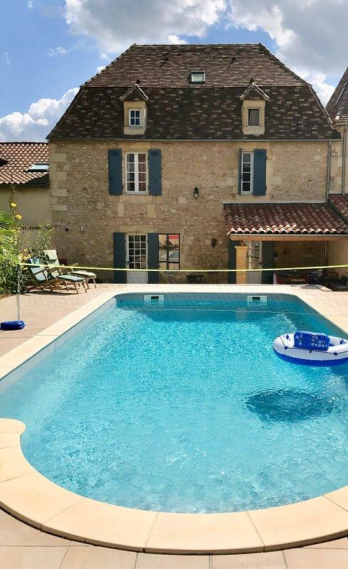 La piscine et le porche ombragé