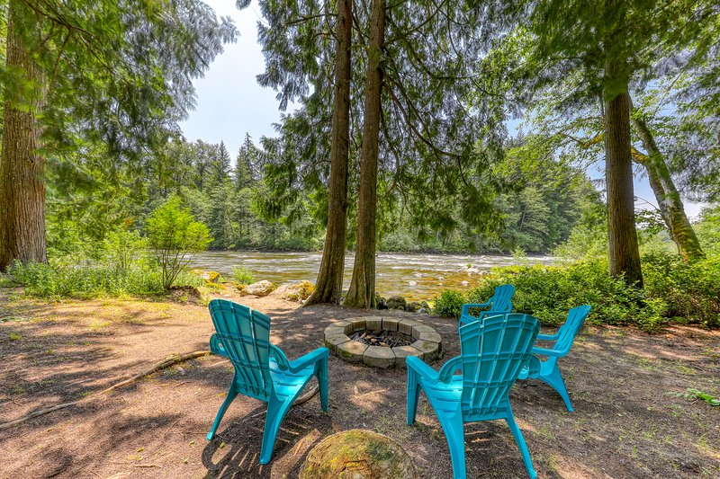Charming riverfront cottage w/ firepit, updated amenities, patio, & grill!, holiday rental in Brightwood