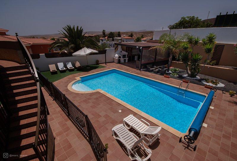 Verwarmd zwembad van 50 vierkante meter, groot solarium, omheind voor de veiligheid van kinderen