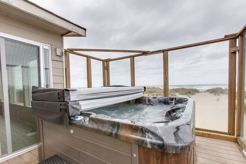 Dog-friendly, beachfront home w/ great views, shared pool & private hot tub!, location de vacances à Waldport