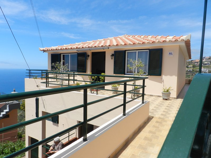 Nice house with sea view & balcony, Ferienwohnung in Canhal